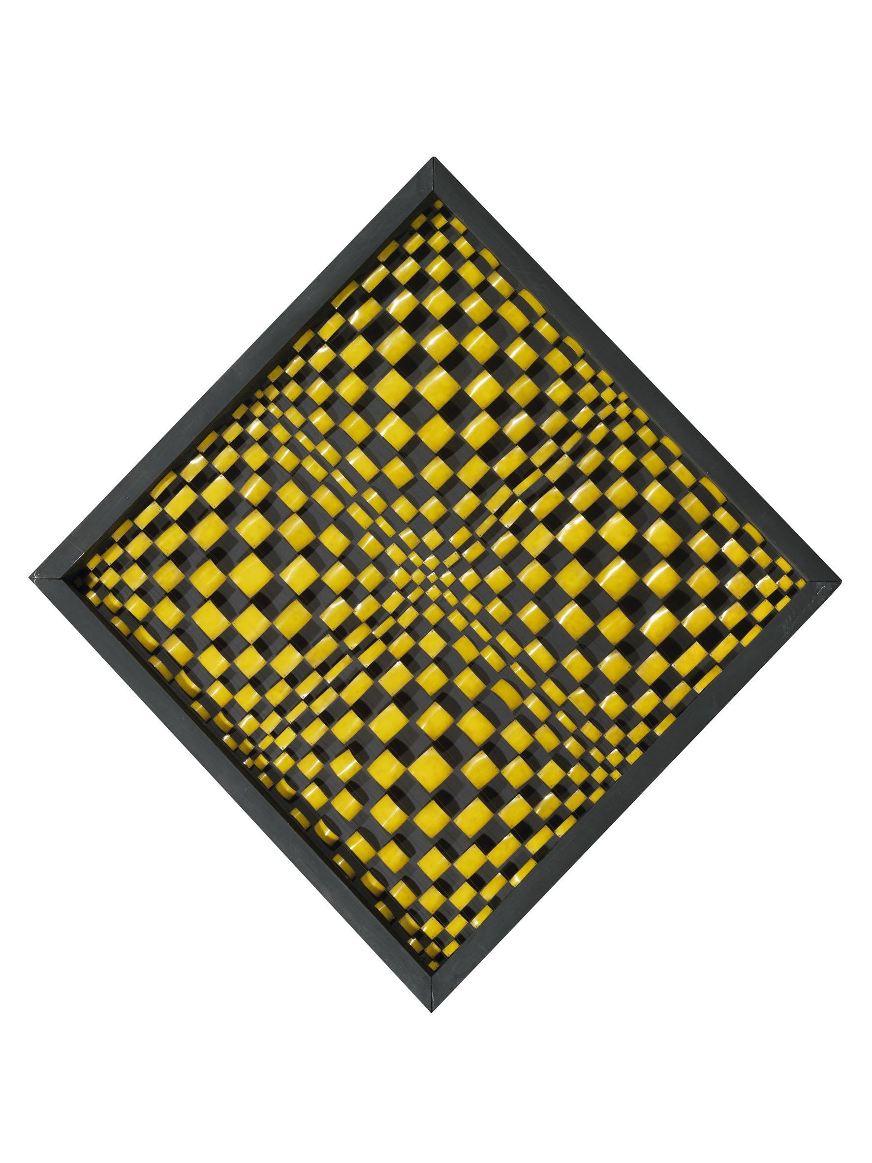 Dadamaino, Oggetto ottico-dinamico, 1960-61, piastrine di metallo, fili di nylon e legno, 96x96 cm