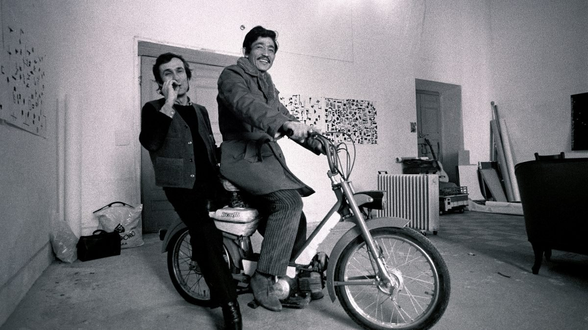 "© Giorgio Colombo, Milan - ""Alighiero Boetti et Salman Ali sur la mobylette dans le studio"""