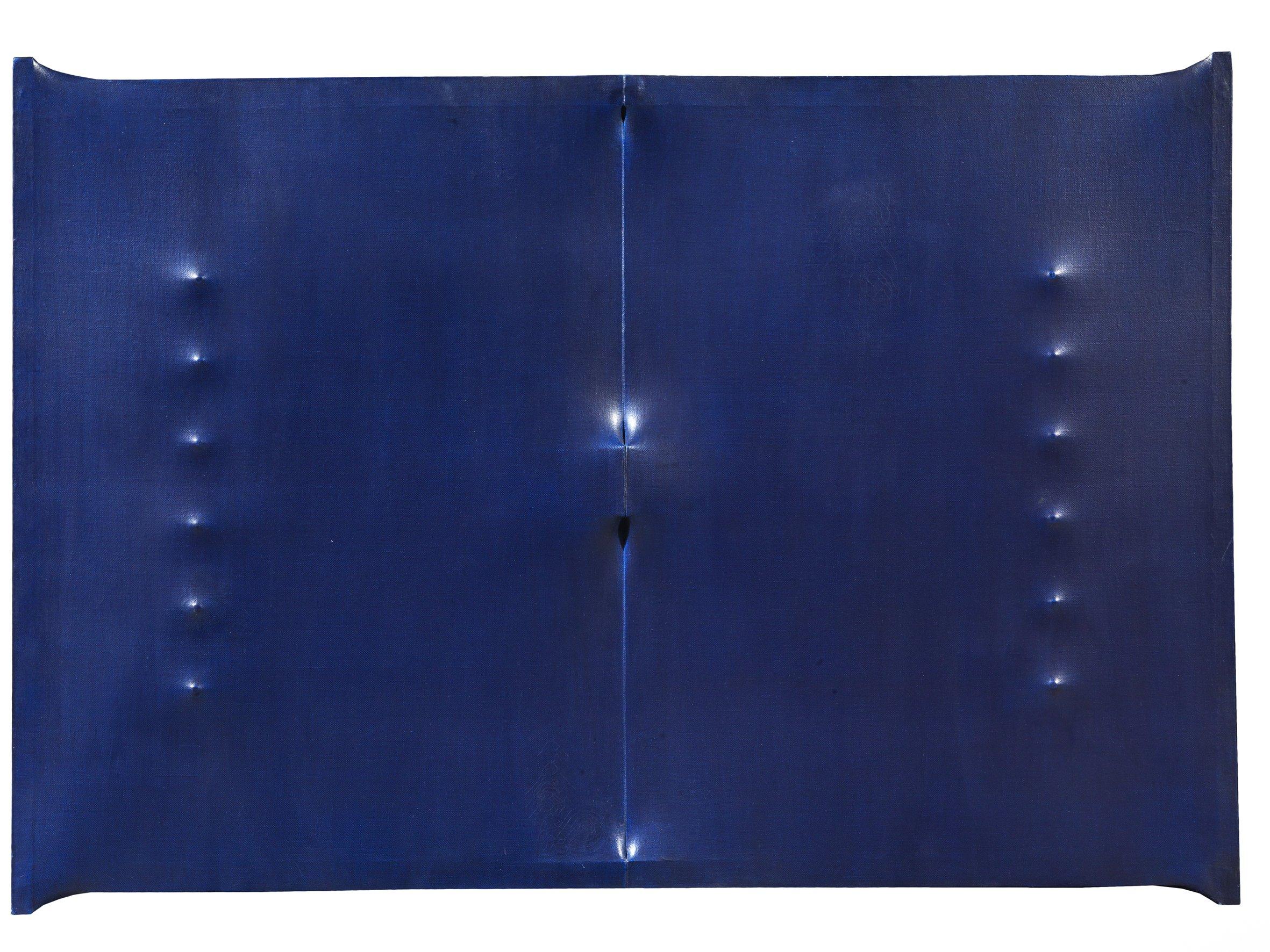 Enrico Castellani, Superficie blu scuro, 1963, acrilico su tela estroflessa, 84x120x5 cm