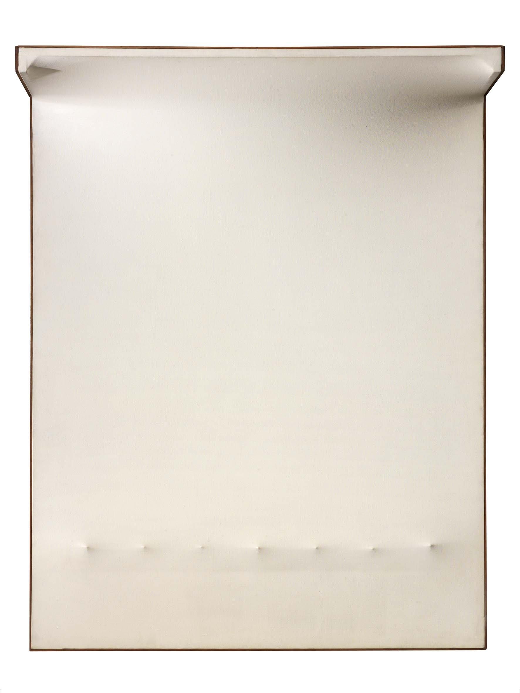 Enrico Castellani, Superficie bianca n°5, 1964, acrylique sur toile extroflexe, 146x114x30 cm