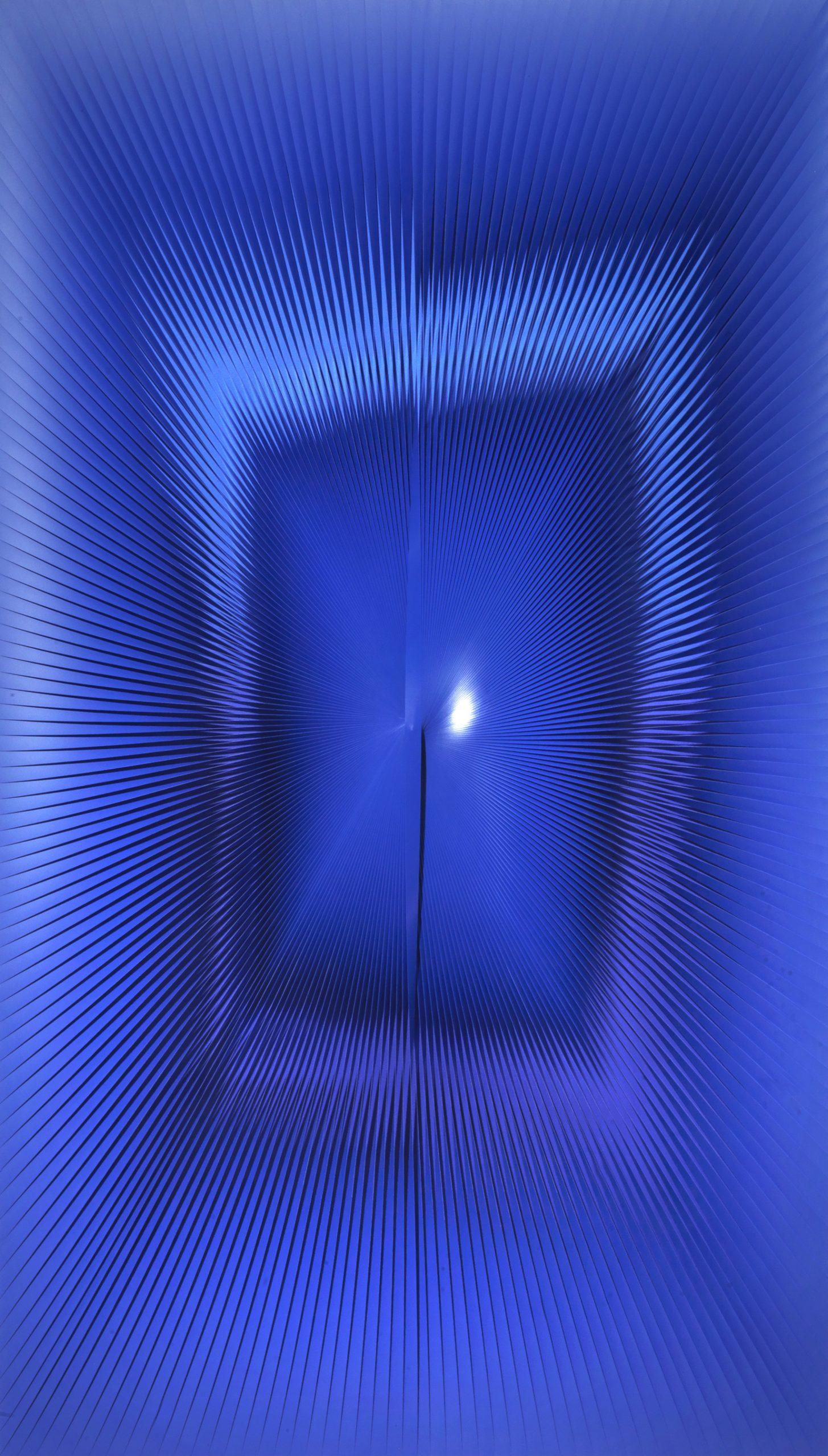 Alberto Biasi, Si muove nel blu, 2016, lamelle in PVC e acrilico su tavola, cm 160x90